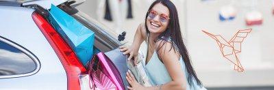 kobieta z duza iloscia toreb zakupowych