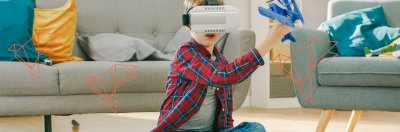 dziecko w okularach VR bawi się samolotem